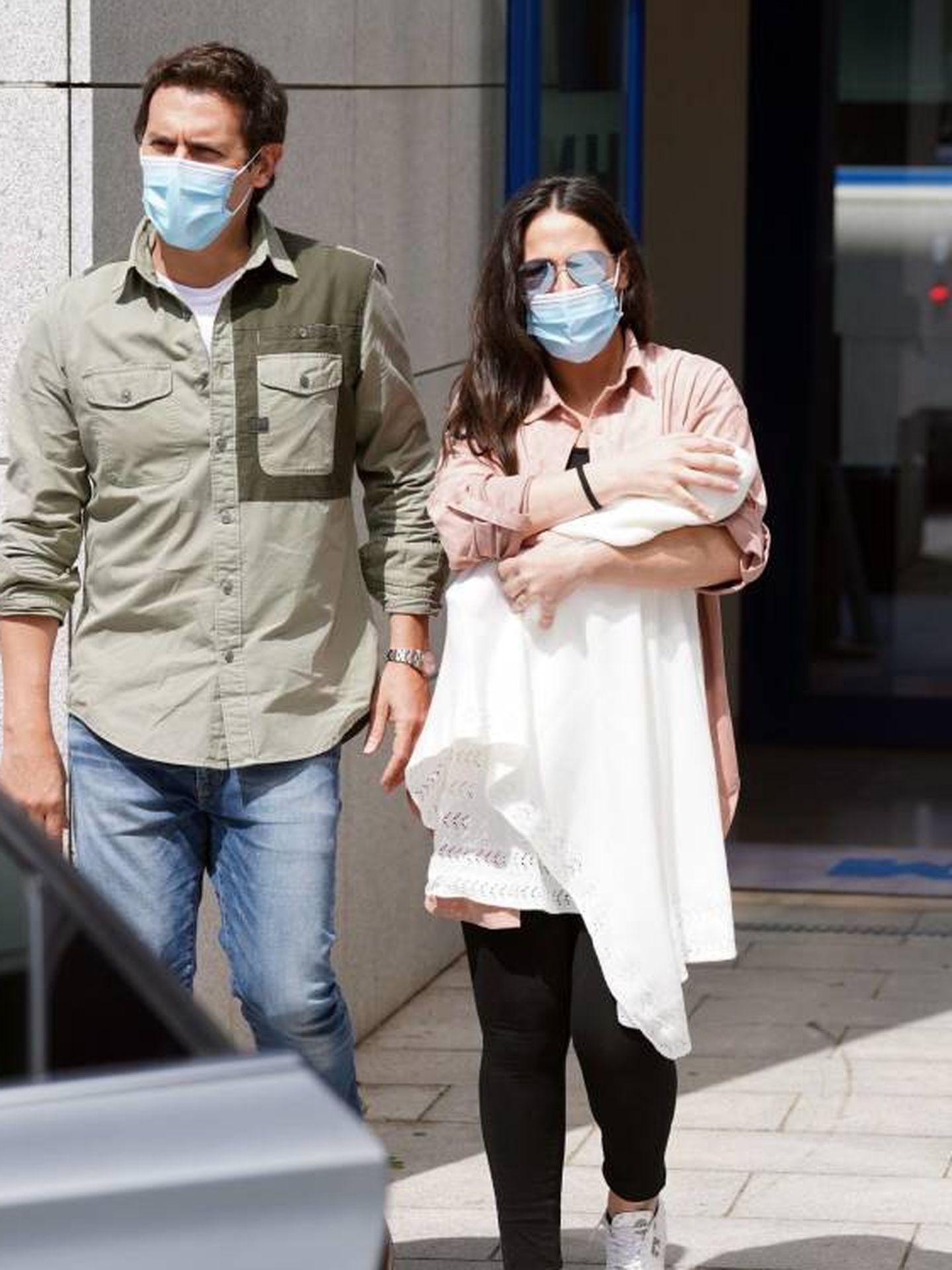 Albert Rivera y Malú salen del hospital con su hija. (Cordon Press)