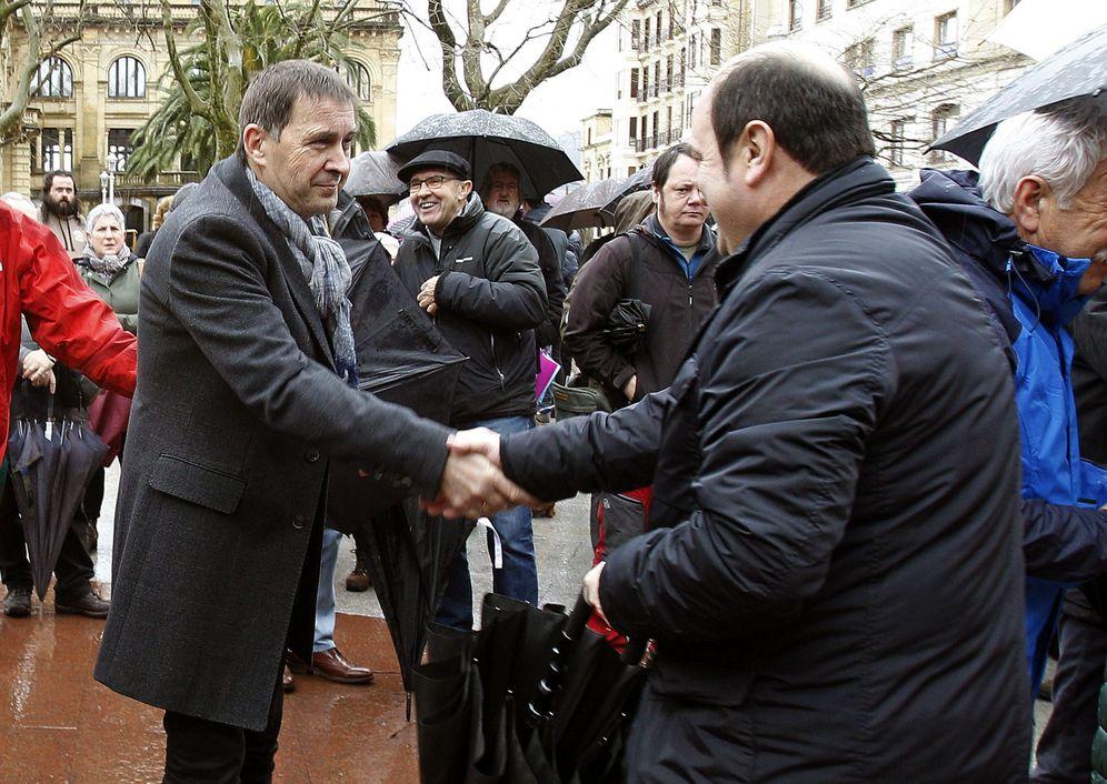 Foto: Otegi y Ortuzar se saludan en la concentración que tuvo lugar en San Sebastián en febrero en apoyo a Artur Mas. (EFE)
