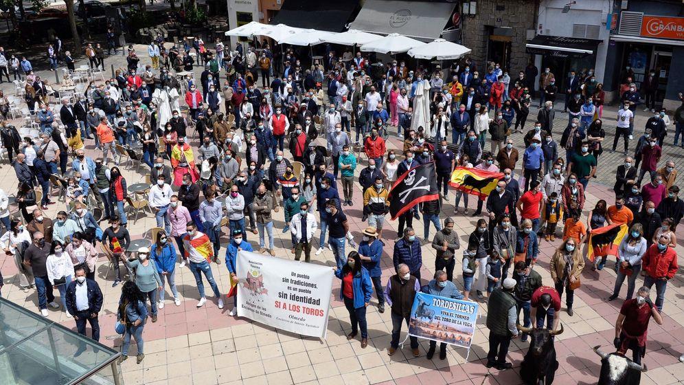 Foto: Toreros, empresarios y aficionados han participado esta mañana en Valladolid en un 'paseo taurino' para demandar el Gobierno central ayudas para el sector. (EFE)