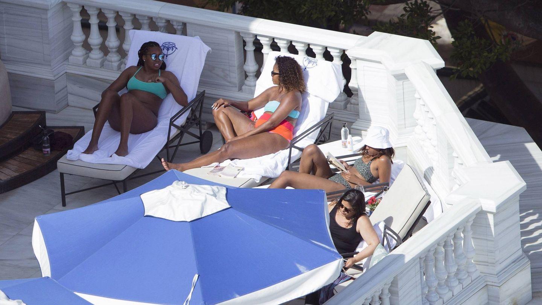 Michelle Obama y sus hijas, en Marbella. (EFE)