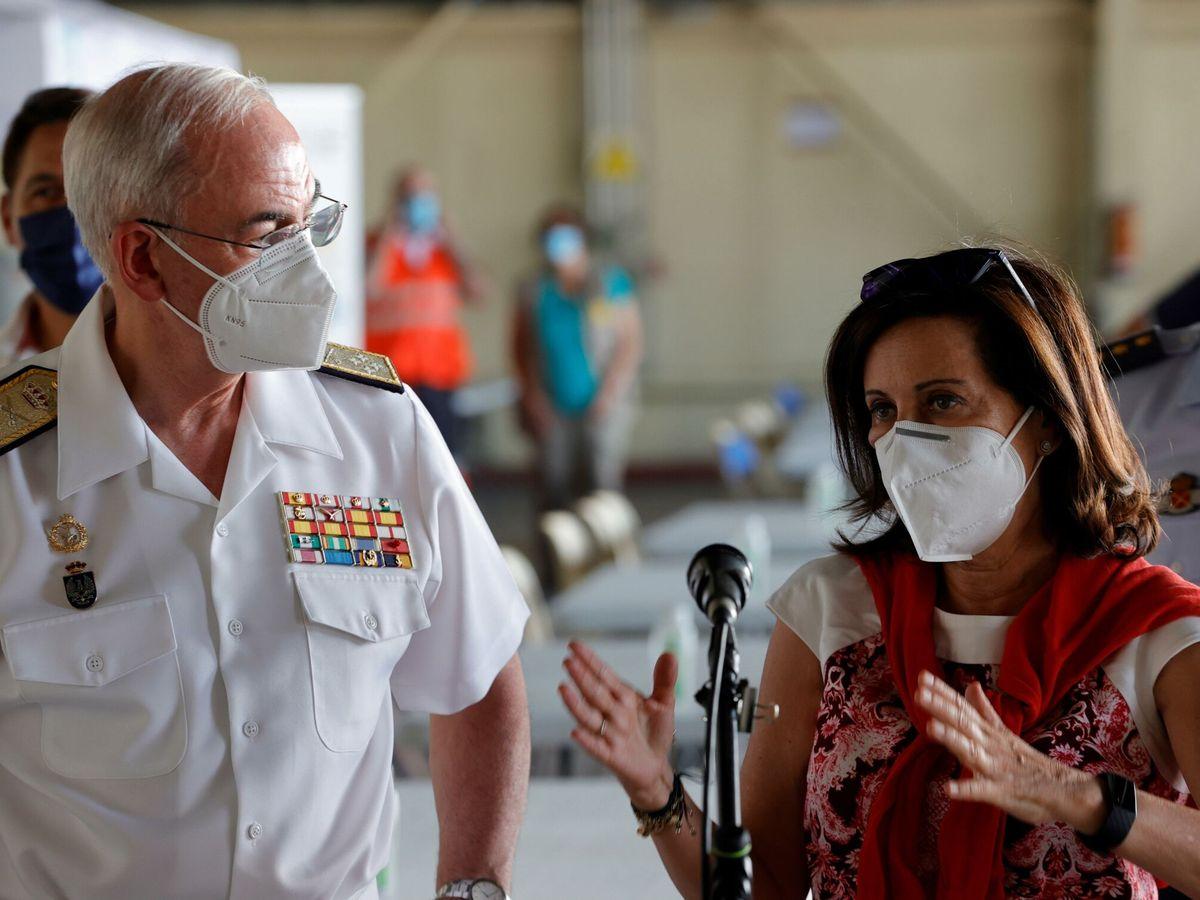 Foto: Margarita Robles, junto al JEMAD, en su visita al campamento humanitario de la base de Torrejón. (EFE)