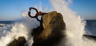 Post de Pintan lazos amarillos en una escultura del Peine del Viento de Chillida