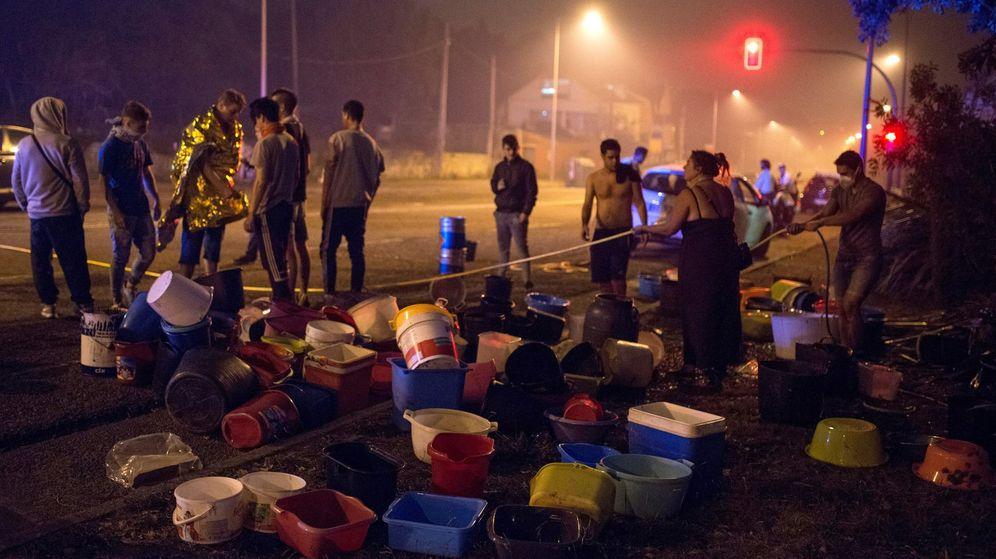 Foto: Los vecinos de Galicia se han lanzado a apagar los incendios con cubos de agua.