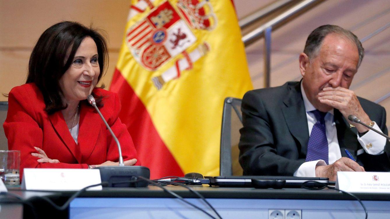 Foto: La ministra de Defensa, Margarita Robles, y el exdirector del CNI Félix Sanz Roldán.(EFE)