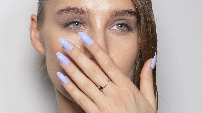 La manicura acrílica permite alargar la longitud de la uña. (Imaxtree)