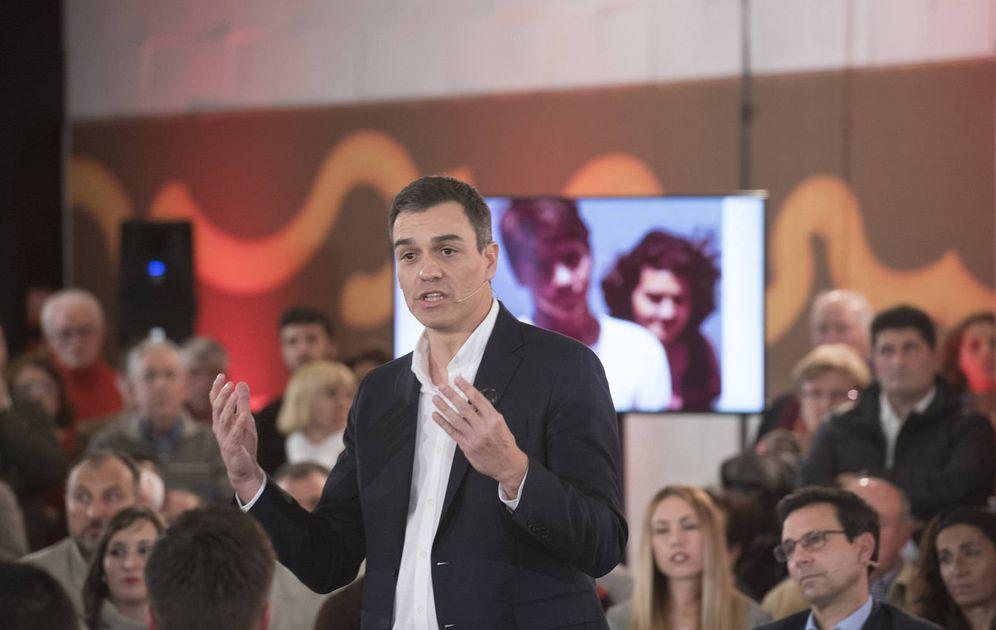 Foto: Pedro Sánchez, durante su asamblea abierta en Granada, delante de una foto de él mismo de joven con su madre, este 11 de enero. (Borja Puig | PSOE)