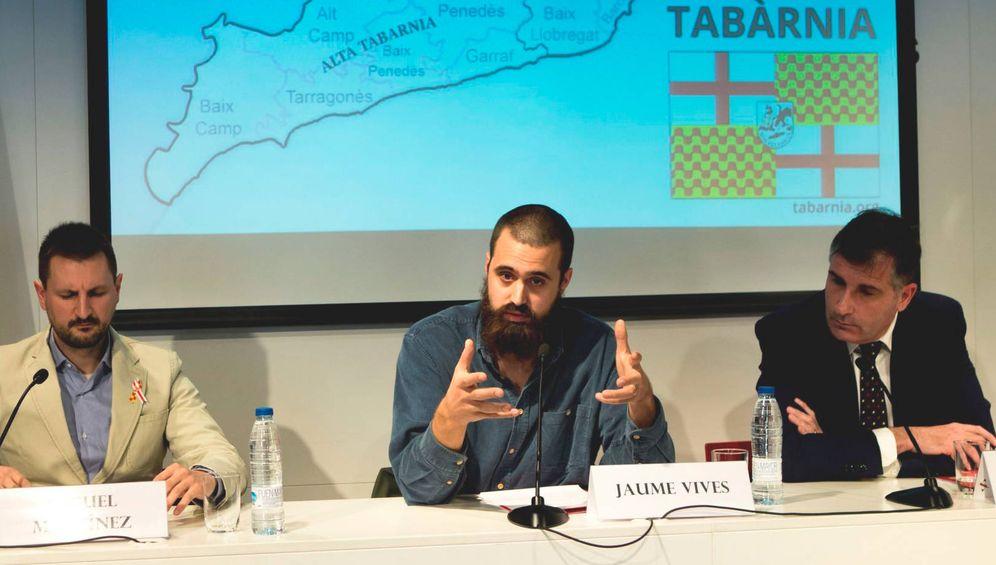 Foto: Los portavoces de Tabarnia Jaume Vives (c), Joan López (d) y Miguel Martínez (i), durante la presentación a los medios de comunicación de la plataforma política. (EFE)