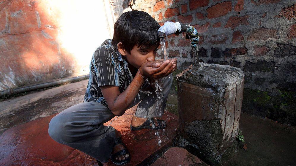 Foto: Imagen de archivo de un niño indio bebiendo agua en Bhopal (EFE)