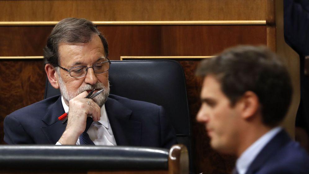 Foto: El presidente del Gobierno, Mariano Rajoy, escucha la intervención del líder de Ciudadanos, Albert Rivera, durante un pleno del Congreso. (EFE Javier Lizón)
