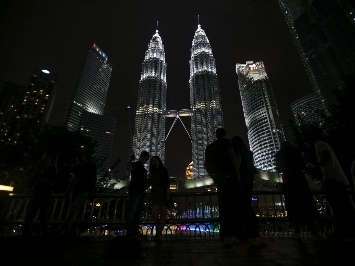 Foto: Apagón simbólico de edificios contra el cambio climático en hora del planeta