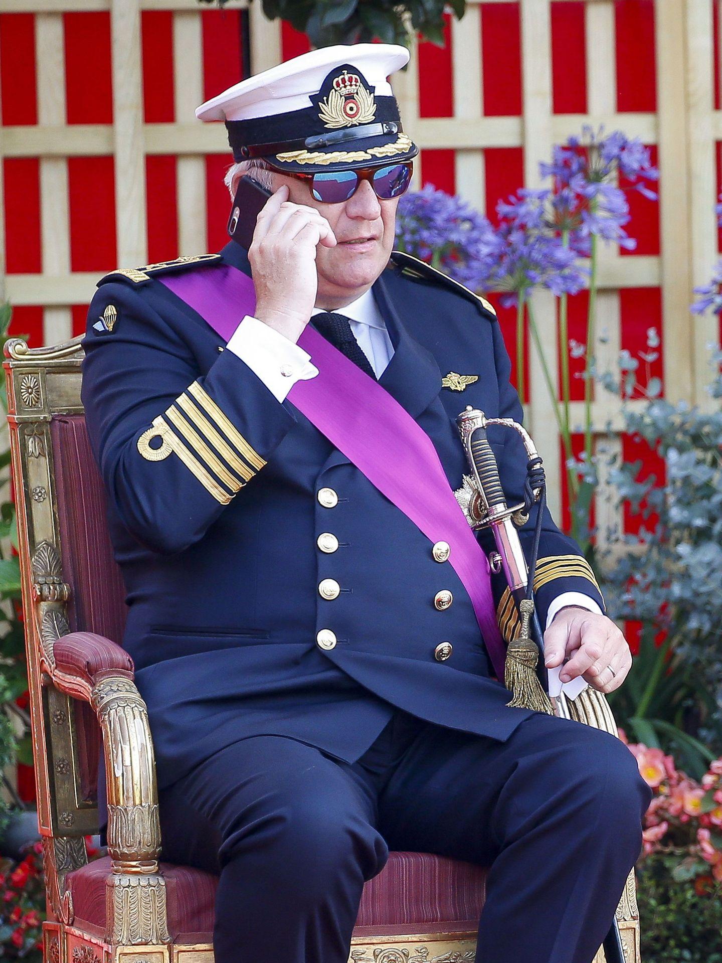 Laurent de Bélgica, hablando por teléfono en las celebraciones del Día Nacional. (Reuters)