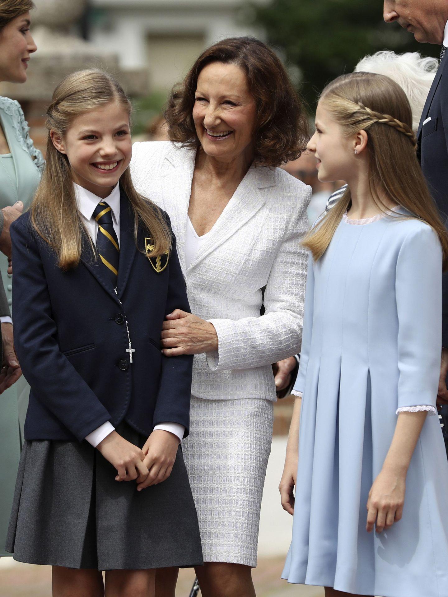 Paloma Rocasolano, con sus nietas en la comunión de la infanta Sofía. (EFE)