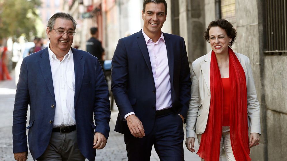 Foto: El presidente del Gobierno en funciones, Pedro Sánchez (c), junto a la ministra de Trabajo, Migraciones y Seguridad Social, Magdalena Valerio, y el secretario de Empleo y Relaciones Laborales, Toni Ferrer. (EFE)