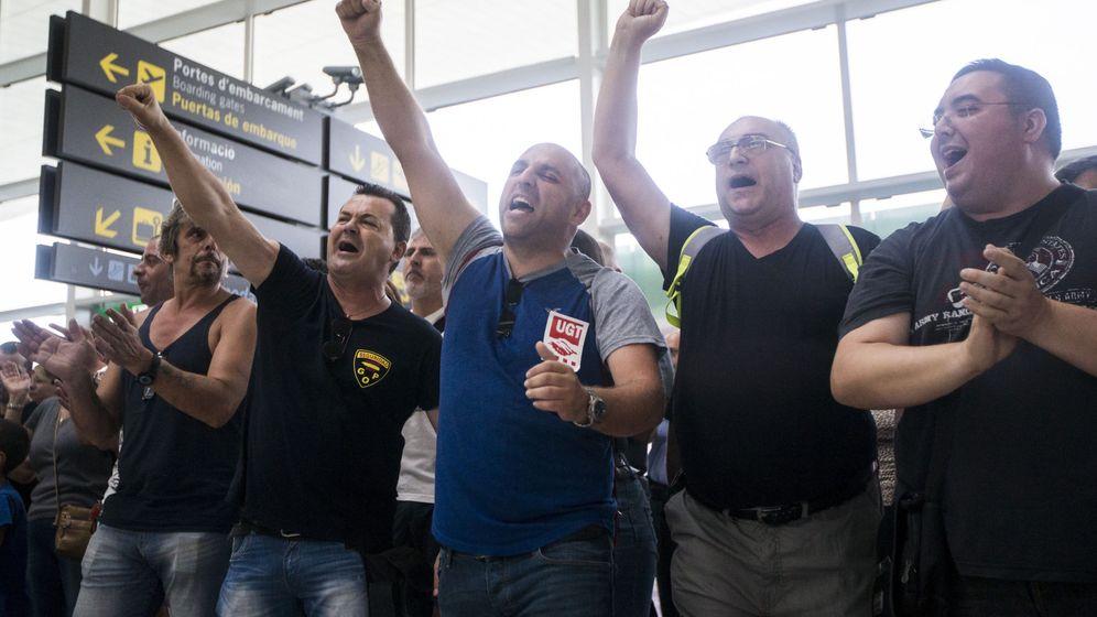 Foto: Trabajadores de Eulen protestan en la T1 del Aeropuerto de Barcelona-El Prat en el tercer día de huelga. (EFE)