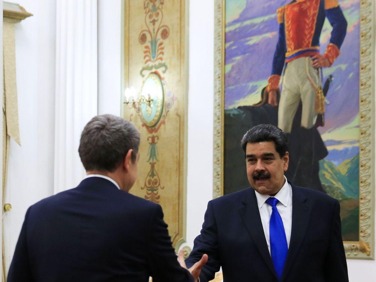 Foto: Fotografía cedida por la oficina de prensa de Miraflores donde se observa al presidente de Venezuela, Nicolás Maduro (d), recibir al expresidente del Gobierno español José Luis Rodríguez Zapatero (i) este viernes, en Caracas (Venezuela). (EFE)