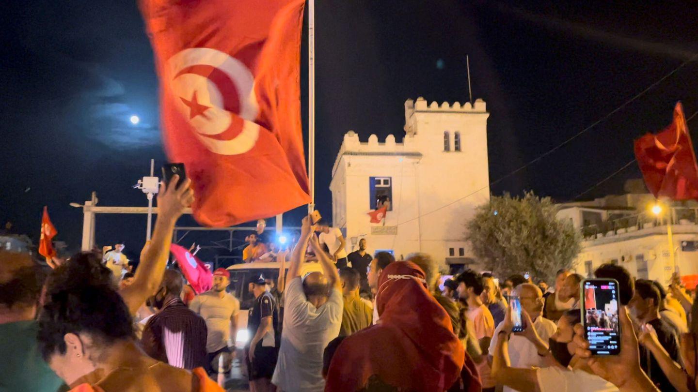 La gente se lanza a las calles en Túnez después de que el presidente suspendiera el Parlamento (Reuters)