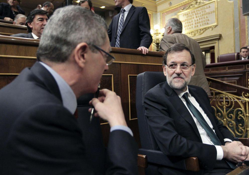 Foto: El presidente del Gobierno, Mariano Rajoy, conversa con el ministro de Justicia, Alberto Ruiz-Gallardón. (Efe)