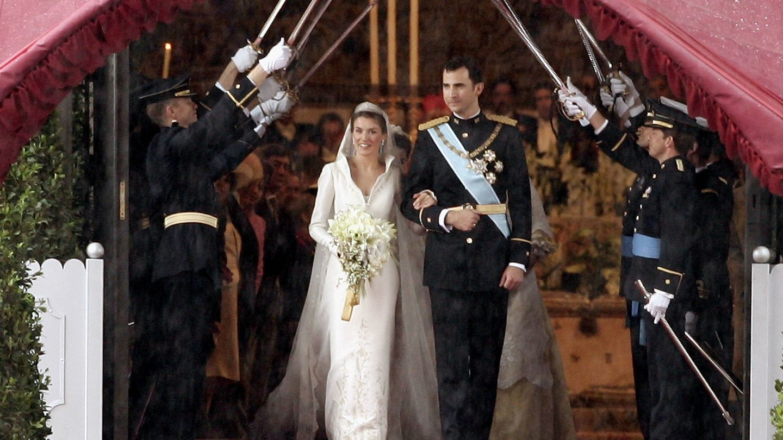 Un pasillo de sables da la bienvenida a los recién casados. (Getty)