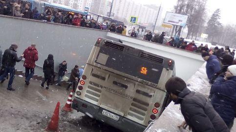Al menos cinco transeúntes muertos tras irrumpir un autobús en una acera en Moscú