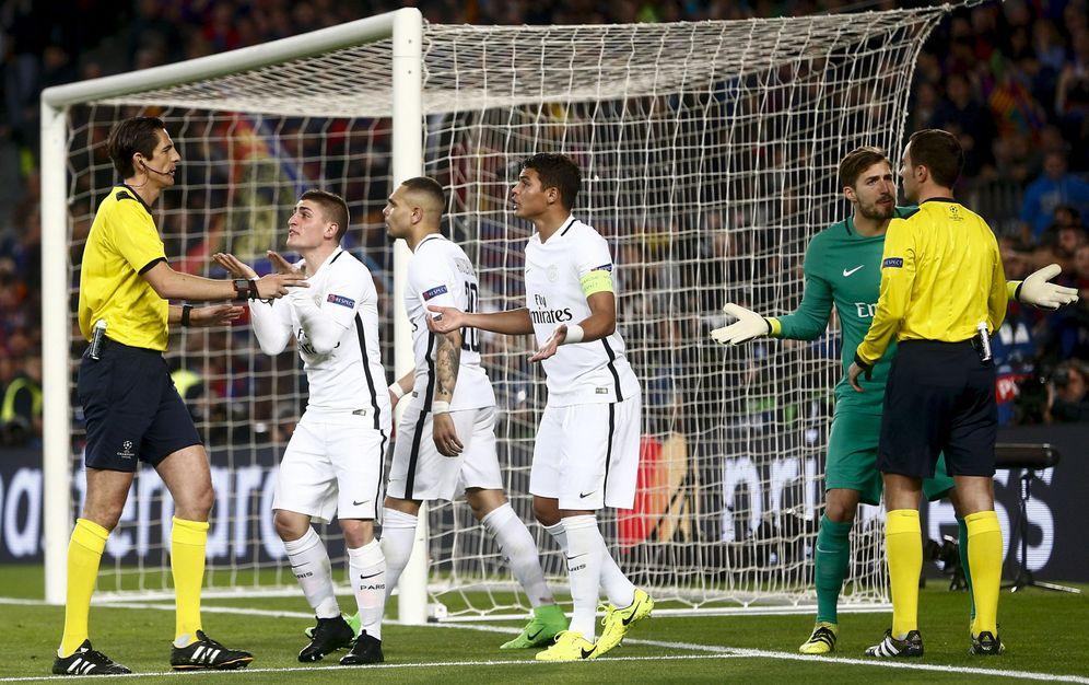 Foto: Los jugadores del PSG protestan a Deniz Aytekin durante el partido del Camp Nou. (EFE)
