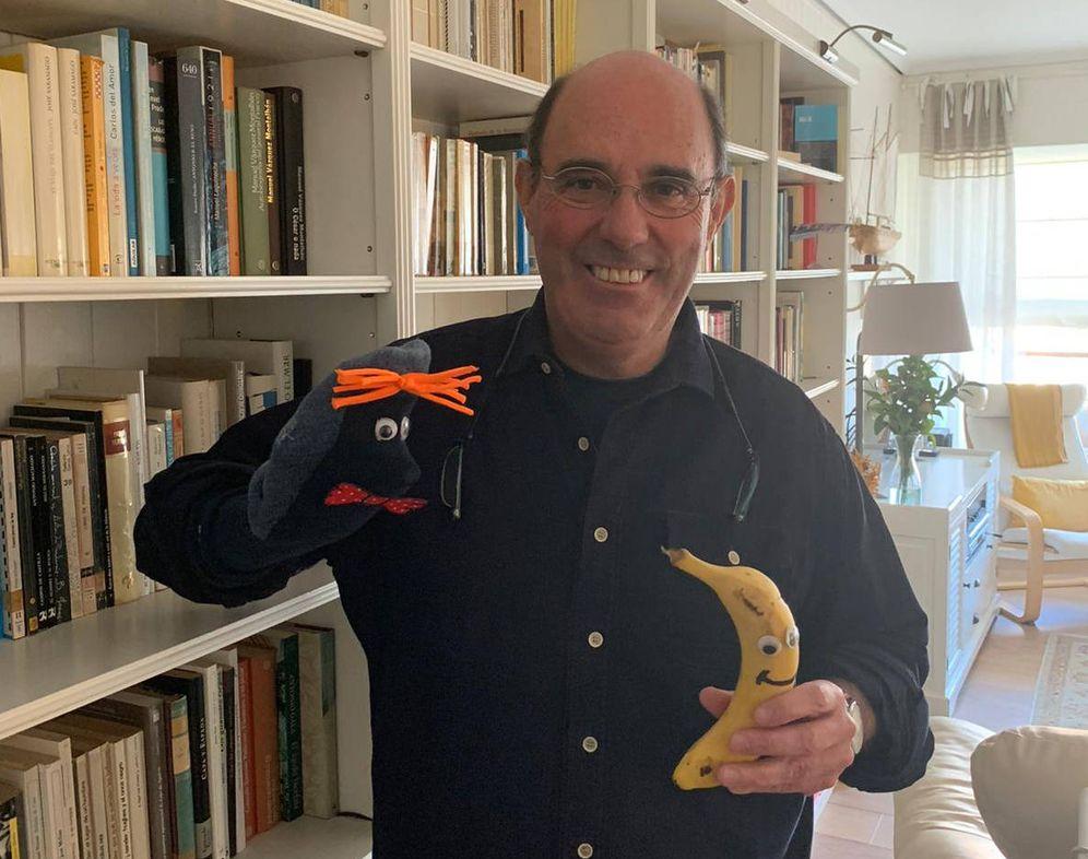 Foto: El profesor del colegio Trueba de Bilbao Iñaki Zulueta, con algunos elementos que utiliza para los vídeos humorísticos para animar a los alumnos del centro. (EC)