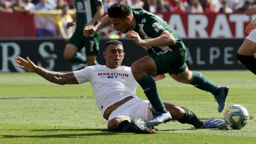 Foto: Jonathan Calleri, delantero del Espanyol, cae ante la entrada de Diego Carlos. (EFE)