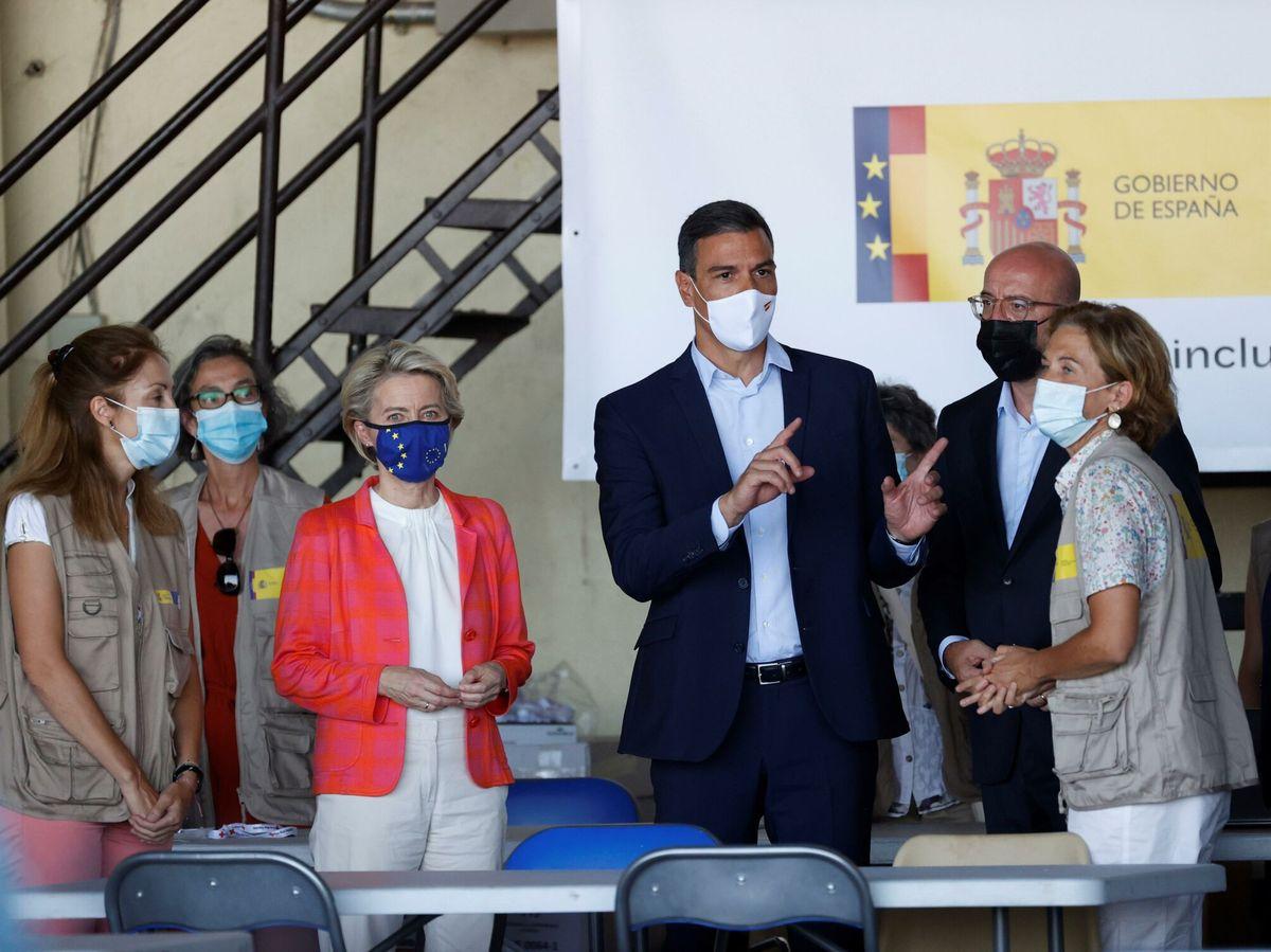 Foto: Pedro Sánchez (c), Ursula von der Leyen (3i) y Charles Michel (4d), en el centro de acogida de Torrejón. (EFE)