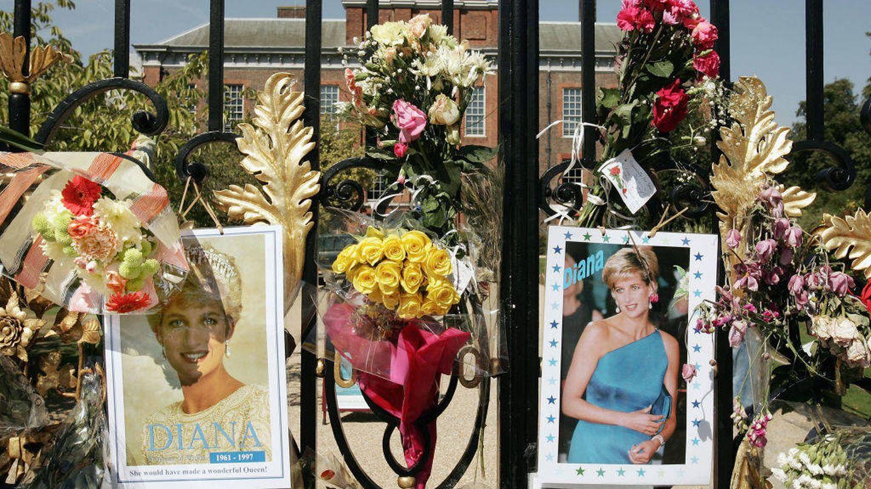Flores en recuerdo a Diana. (Getty)