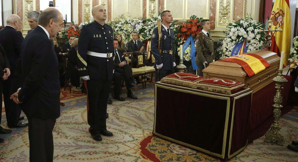 Miquel Roca (i), ante el féretro del expresidente del Gobierno Adolfo Suárez. (EFE)