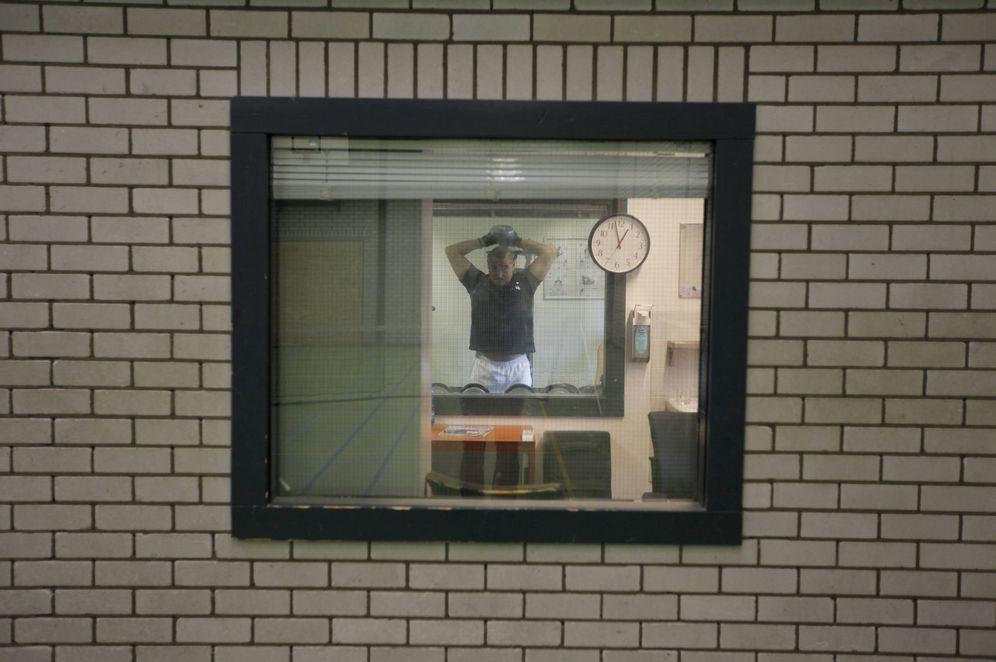 Foto: Un guardia de seguridad hace ejercicio en un centro de detención para criminales de guerra, en La Haya. (Reuters)