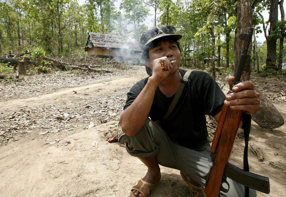 Foto: Un soldado de la Unión Nacional Karen fumando un cigarrillo en 2008 (EFE)