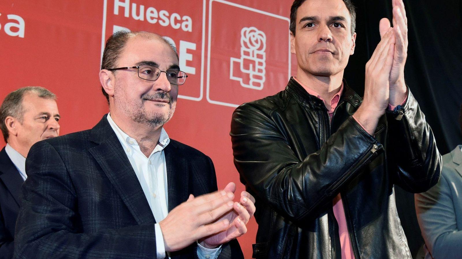 Foto: Pedro Sánchez, junto al presidente de Aragón y secretario regional, Javier Lambán, este 8 de abril en Ayerbe (Huesca). (EFE)