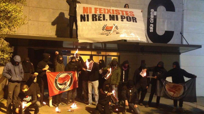La Plataforma Antifascista muestra una pancarta con la consigna: 'Ni fascistas, ni rey, ni miedo'.