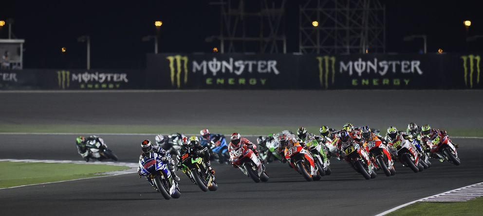 Foto: Jorge Lorenzo, instantes después de haber empezado la carrera en Qatar (Yamaha).