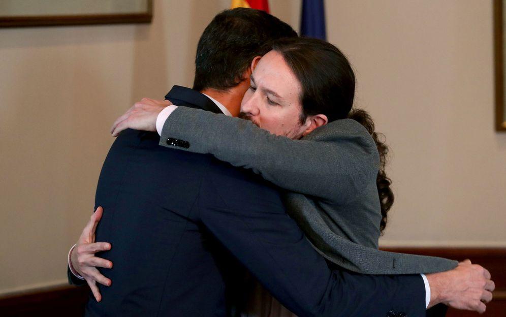 Foto: Pedro Sánchez y Pablo Iglesias se abrazan tras firmar su preacuerdo para un Gobierno de coalición, este 12 de noviembre en el Congreso. (EFE)