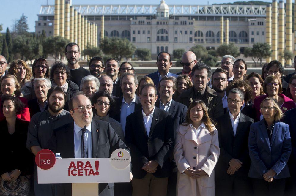 Foto: Miquel Iceta, rodeado de los candidatos en la lista por Barcelona, este 12 de noviembre en la plaza Europa de la capital catalana. (EFE)