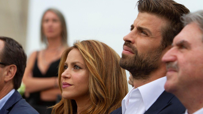 El presidente de la empresa Kosmos y jugador del FC Barcelona, Gerard Piqué, junto a Shakira. (EFE)