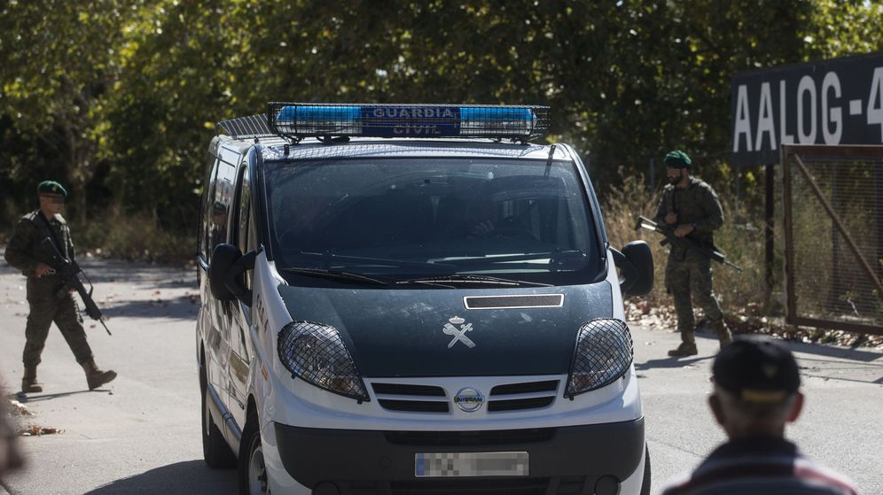 Foto: Imagen de archivo de una furgoneta de la Guardia Civil entrando en el Cuartel Santa Eulalia de Sant Boi. (EFE)