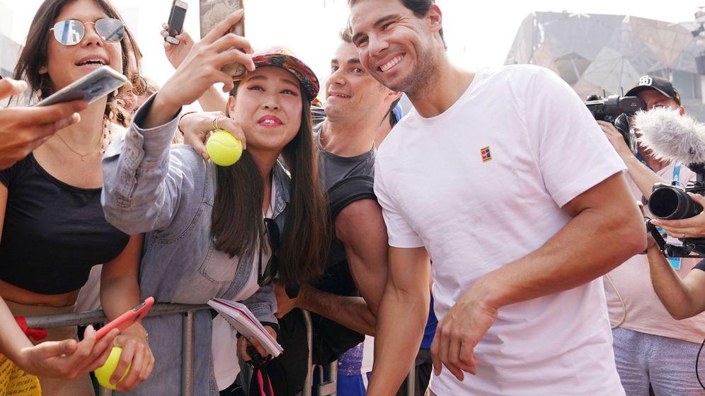 Foto: Rafa Nadal, con los fans de Melbourne momentos antes de una exhibición. (Reuters)