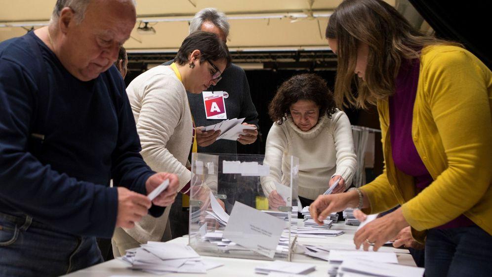 Foto: Recuento de votos en una mesa electoral de Barcelona. (EFE)