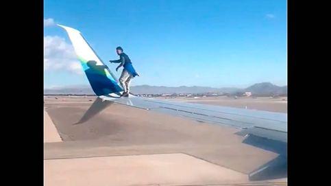 Vídeo | Un hombre se sube al ala de un avión cuando iba a despegar