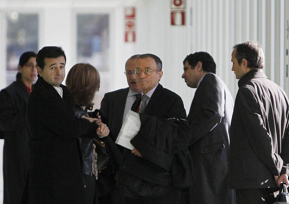 Foto: Uno de los copropietarios del grupo alimentación Agrolimen, Jordi Carulla (c), acompañdo de sus asesores y abogados. (EFE)