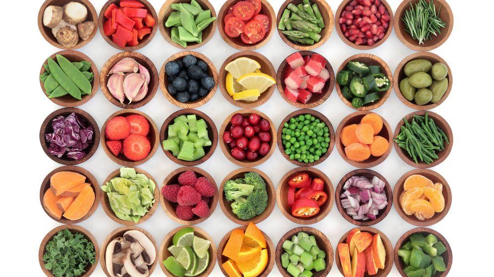 Foto: Frutas y verduras crudas, esenciales en el patrón de la dieta paleo. (iStock)