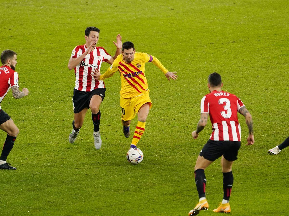 Foto: Leo Messi esquiva a los defensores del Athletic Club. (Reuters)