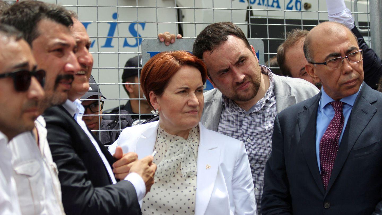 Meral Aksener y algunos de sus colaboradores tras un cordón policial que impidió la celebración de un congreso de disidentes del MHP en un hotel en Ankara, el 15 de mayo de 2016. (Reuters)