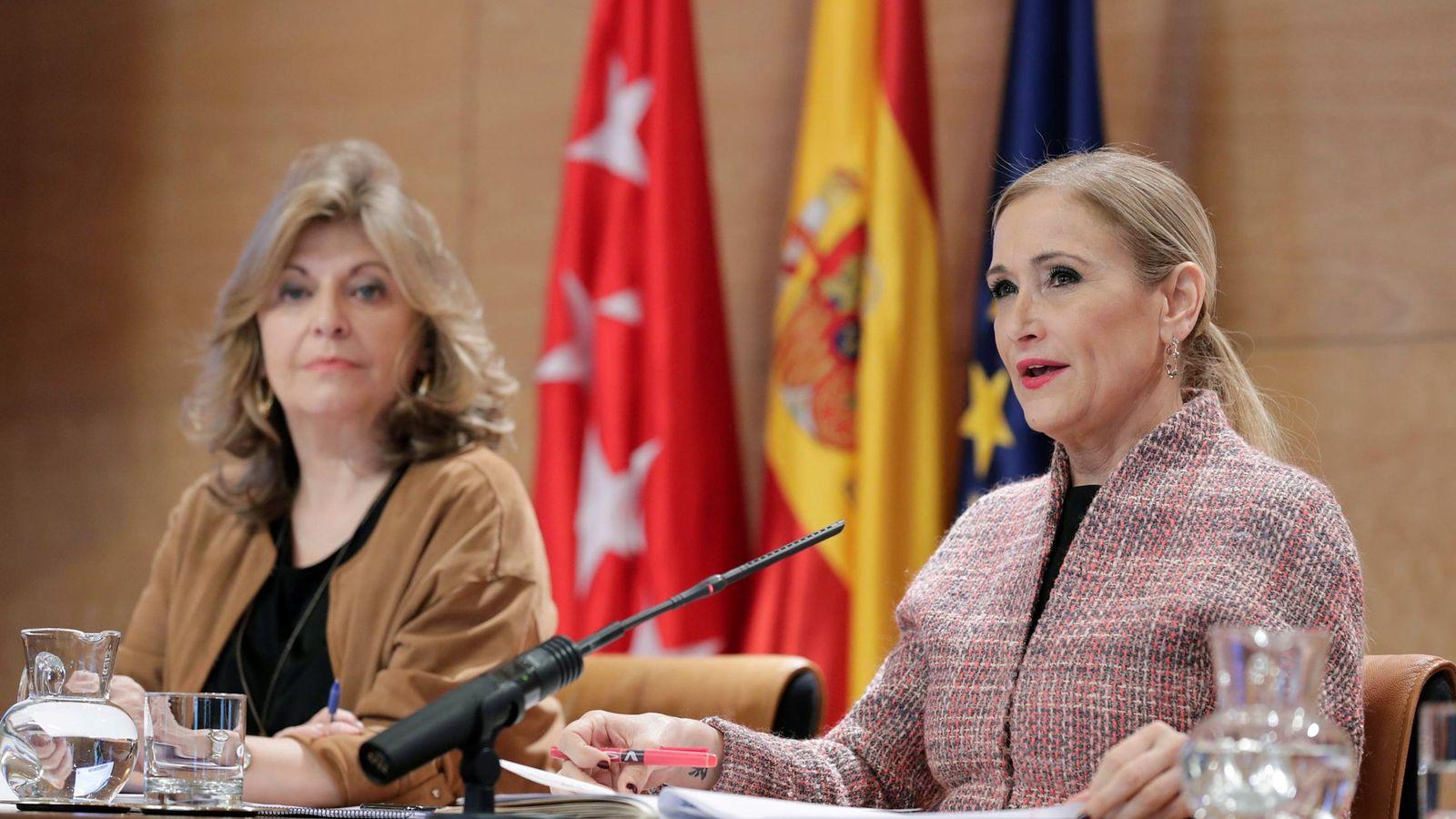 Foto: La presidenta regional Cristina Cifuentes, junto a la consejera madrileña de Economía, Engracia Hidalgo. (EFE)