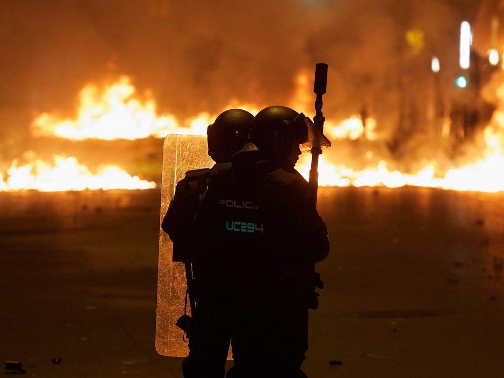Foto: Agentes antidisturbios en los altercados producidos en Girona (EFE/David Borrat)