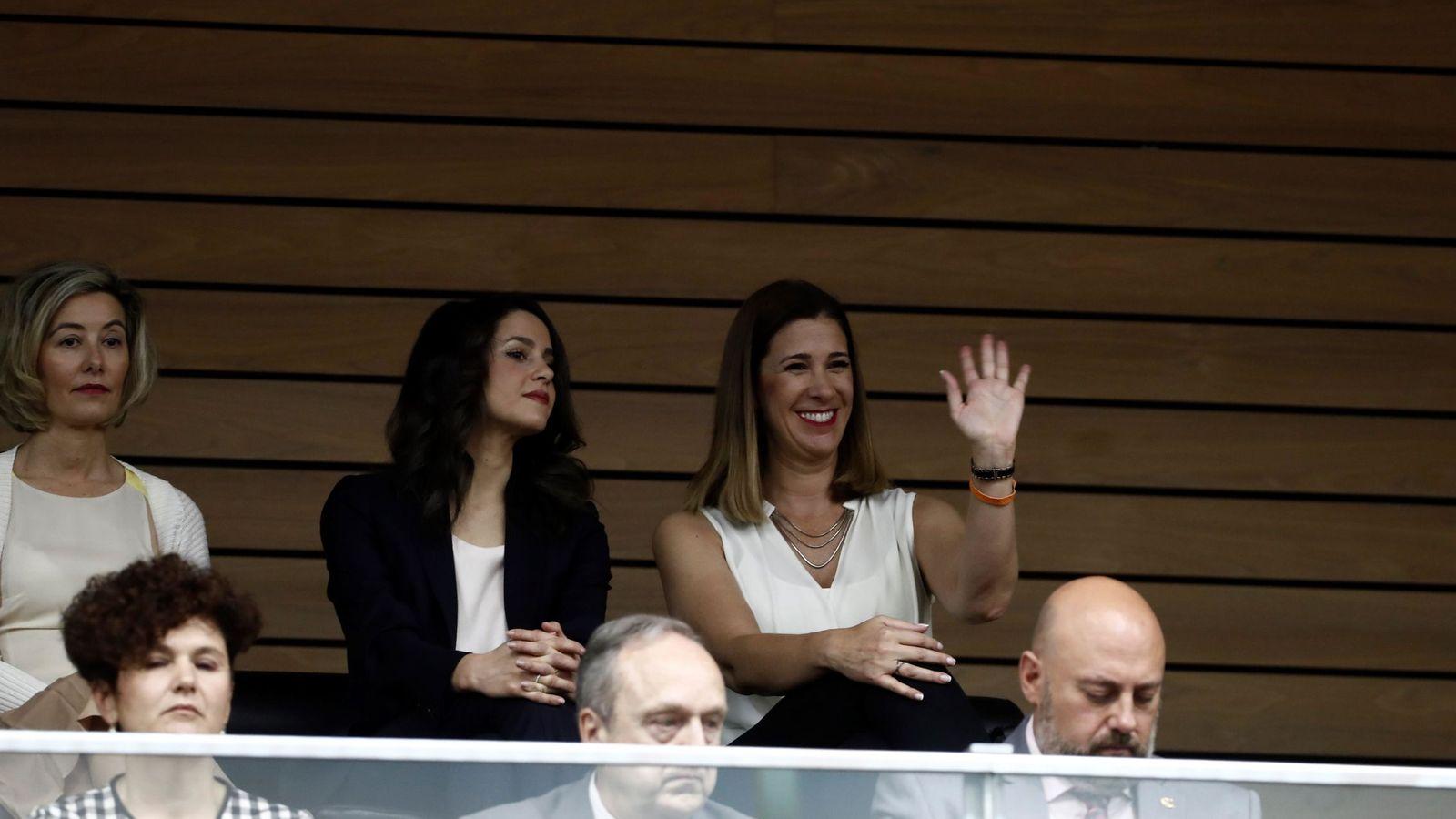Foto: Las dirigentes de Ciudadanos, Inés Arrimadas (c), y Ruth Goñi (d), asisten este miércoles a la sesión constitutiva del Parlamento de Navarra. (EFE)