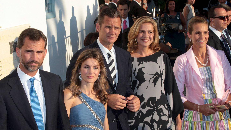 Los Reyes, con las infantas Elena y Cristina e Iñaki Urdangarin en la boda de Nicolás de Grecia. (EFE)
