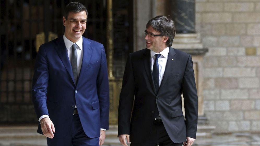Foto: El presidente de la Generalitat, Carles Puigdemont, y el secretario general del PSOE, Pedro Sánchez, al inicio de su primera reunión en el Palau de la Generalitat. (Efe)